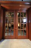 大木门在餐馆 图库摄影