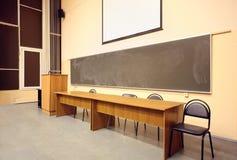 大木黑板教室大的表 免版税图库摄影