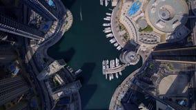 大未来派塔和现代摩天大楼大厦在惊人的顶面空中寄生虫视图的都市迪拜市全景 股票视频