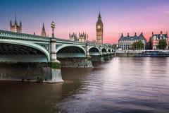 大本钟、女王伊丽莎白塔和威斯敏斯特桥梁 免版税库存照片