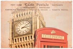 大本钟和一个红色英国电话亭在伦敦,英国,在乌贼属葡萄酒明信片背景,在severa的词明信片的拼贴画 库存照片