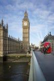 大本钟和伦敦公共汽车 图库摄影