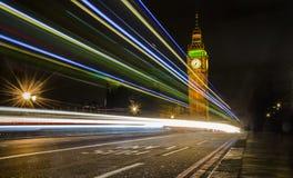 大本钟和光在威斯敏斯特桥梁,伦敦落后 免版税库存图片
