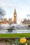 大本钟和圣托马斯医院喷泉信任,伦敦 免版税图库摄影