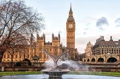 大本钟和圣托马斯医院喷泉信任,伦敦 免版税库存照片