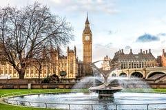大本钟和圣托马斯医院喷泉信任,伦敦 图库摄影