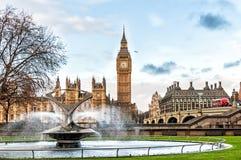 大本钟和圣托马斯医院喷泉信任,伦敦 库存照片