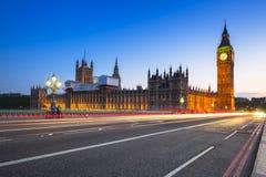 大本钟和威斯敏斯特宫在伦敦在晚上 图库摄影