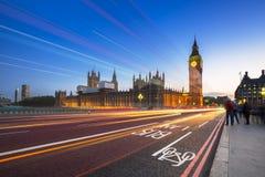 大本钟和威斯敏斯特宫在伦敦在晚上 免版税库存照片