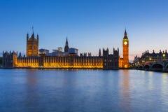 大本钟和威斯敏斯特宫在伦敦在晚上 库存照片