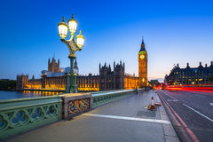 大本钟和威斯敏斯特宫在伦敦在晚上 免版税库存图片