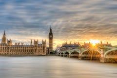 大本钟和威斯敏斯特日落的在伦敦 免版税库存图片