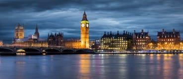 大本钟和威斯敏斯特桥梁在一喜怒无常的天在伦敦 库存照片