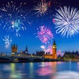 大本钟和威斯敏斯特桥梁在伦敦在晚上,英国 免版税库存照片