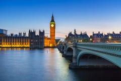 大本钟和威斯敏斯特桥梁在伦敦在晚上 库存图片