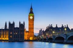 大本钟和威斯敏斯特桥梁在伦敦在晚上 免版税图库摄影