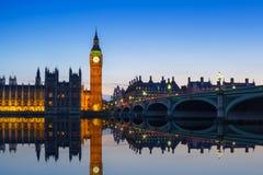 大本钟和威斯敏斯特桥梁在伦敦在晚上 图库摄影