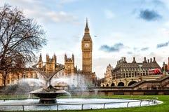 大本钟和威斯敏斯特桥梁在伦敦 免版税图库摄影