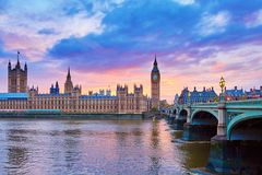 大本钟和威斯敏斯特桥梁有泰晤士河的 免版税库存照片