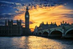 大本钟和威斯敏斯特桥梁看法在日落 库存图片