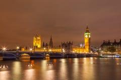 大本钟和威斯敏斯特桥梁都市风景有泰晤士河的在伦敦 库存照片