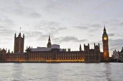 大本钟和威斯敏斯特从河沿 库存图片