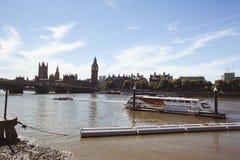 大本钟和泰晤士河 库存照片