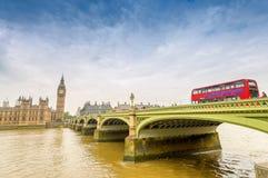 大本钟和红色双层甲板船在伦敦,英国 库存照片