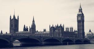 大本钟和议会葡萄酒 免版税库存照片