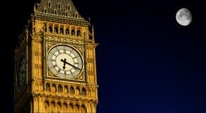 大本钟在与满月,伦敦的晚上 免版税库存图片