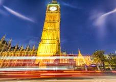 大本钟街道视图在与红色公共汽车的晚上落后,伦敦-英国 库存图片