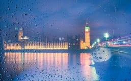 大本钟视图通过与雨珠在晚上,伦敦的窗口, 库存图片