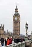 大本钟走在威斯敏斯特桥梁的伦敦和人们 免版税库存照片