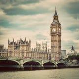 大本钟,在泰晤士河的威斯敏斯特桥梁在伦敦,英国 葡萄酒 免版税库存图片