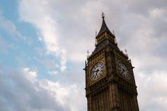 大本钟,时钟在clouby天空天,伦敦,英国伟大的响铃  库存图片