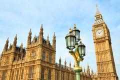 大本钟clocktower和街灯视图 库存照片