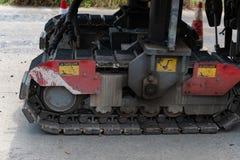 大机器履带牵引装置传送带在地面的 免版税库存照片