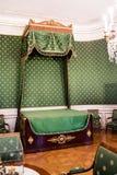大机盖床在一间绿色卧室 库存照片