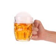 大杯子用金啤酒。 图库摄影