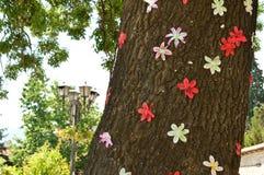 大树标示用五颜六色的纸花 免版税库存照片