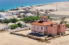 大桃红色在安哥拉破坏了从葡萄牙殖民地时期的豪宅 库存照片