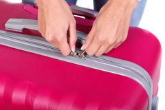 大桃红色手提箱在妇女在白色背景的` s手上 库存照片