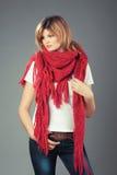 大桃红色围巾的美丽的妇女 免版税库存照片