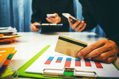 大桶和贷款利率由银行家计算了 库存图片