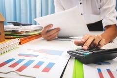 大桶和贷款利率由银行计算了 免版税库存照片