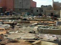 大桶的看法表面干燥在制革工人区在马拉喀什,摩洛哥 免版税图库摄影