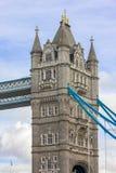 大梁和塔细节在塔桥梁从南银行 伦敦 免版税库存图片