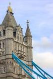 大梁和塔细节在塔桥梁从南银行 伦敦 免版税库存照片