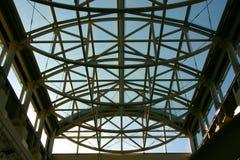 大梁显示天空的金属屋顶 免版税库存图片
