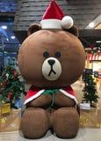 大棕熊在圣诞老人礼服 免版税库存图片